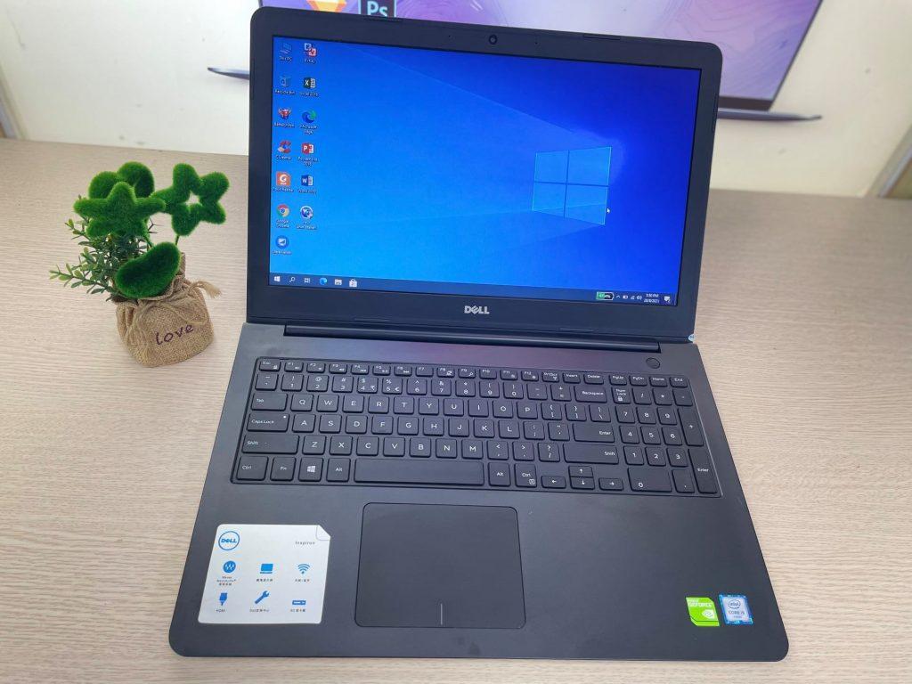 Dell Inspiron 3559 có kích thước hầm hố, chắc chắn, mặt trước.